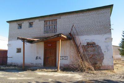 Разрушающаяся деревня, разваливающаяся столовая производственного управления, Россия