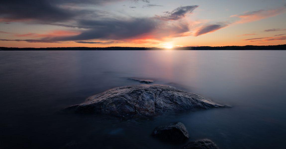 Гладь воды, камни, небо, пейзаж, фото, иллюстрация