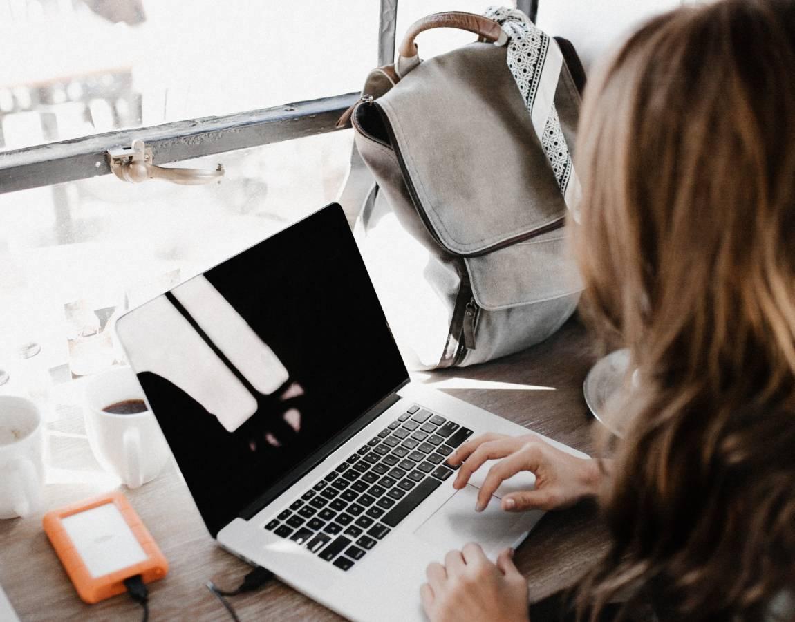 Девушка с ноутбуком, фото