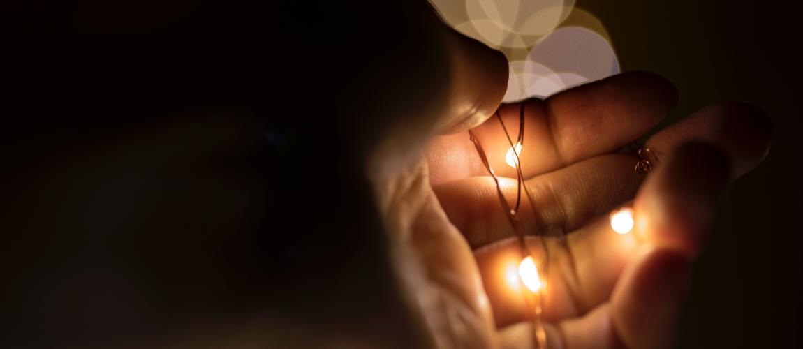 Гирлянда, рука, лампочки, горят, фото