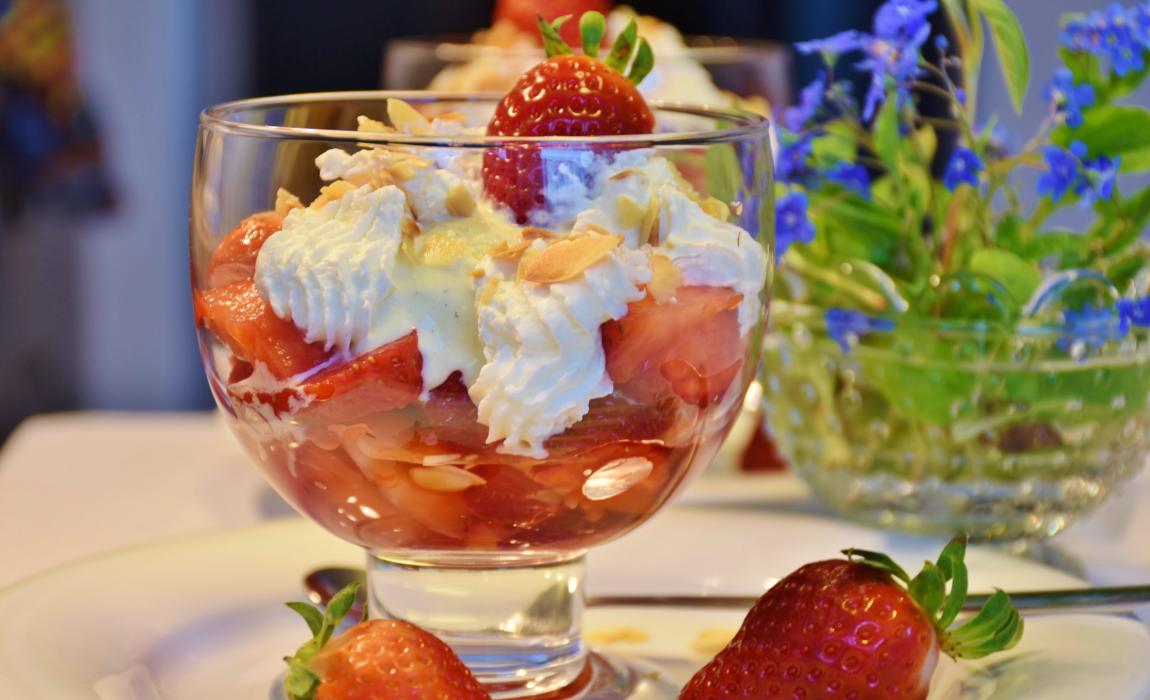 Мороженое, клубника, вазочка