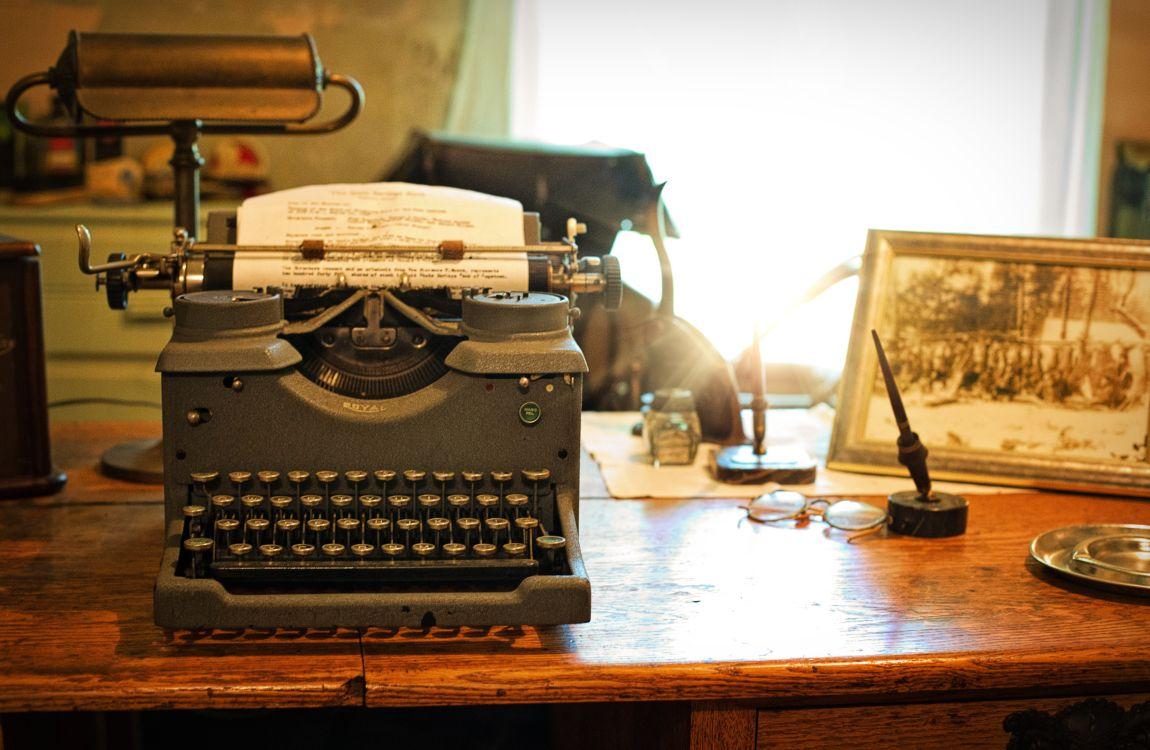 Пишущая машинка, стол, писатель