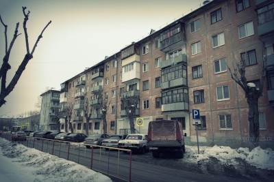 Тюмень, пятиэтажные дома, хрущёвки, окна, проезжая часть, фото
