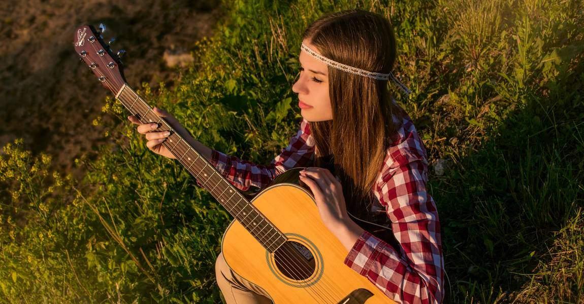 Прекрасная девушка, гитара, поэт, луг, солнце, фото, иллюстрация
