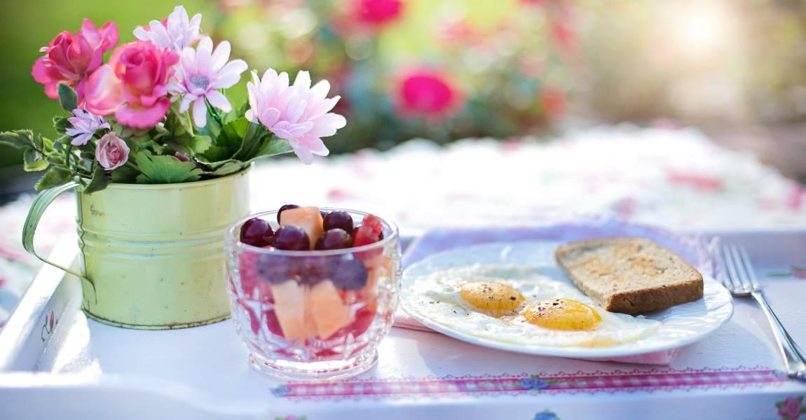 Завтрак с цветами, цветы, стол, натюрморт, фото