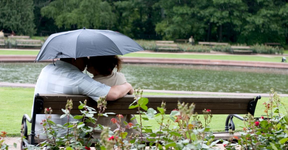 Влюблённые под зонтом, дождь, он и она, любовь, милая Мила, цветок любви