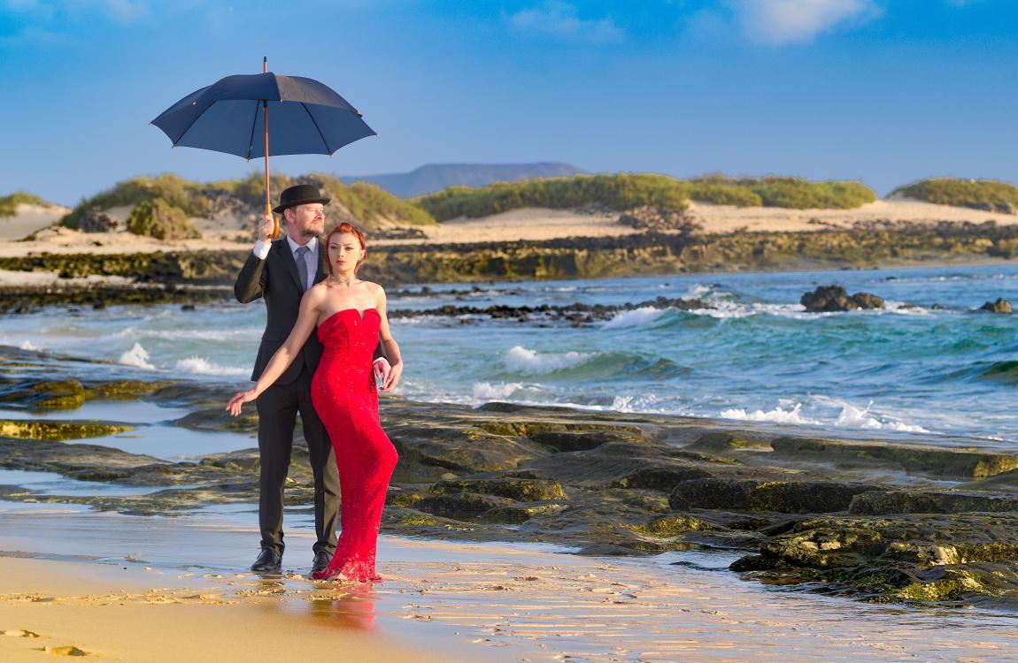 Женщина, красное платье, пляж, море, мужчина
