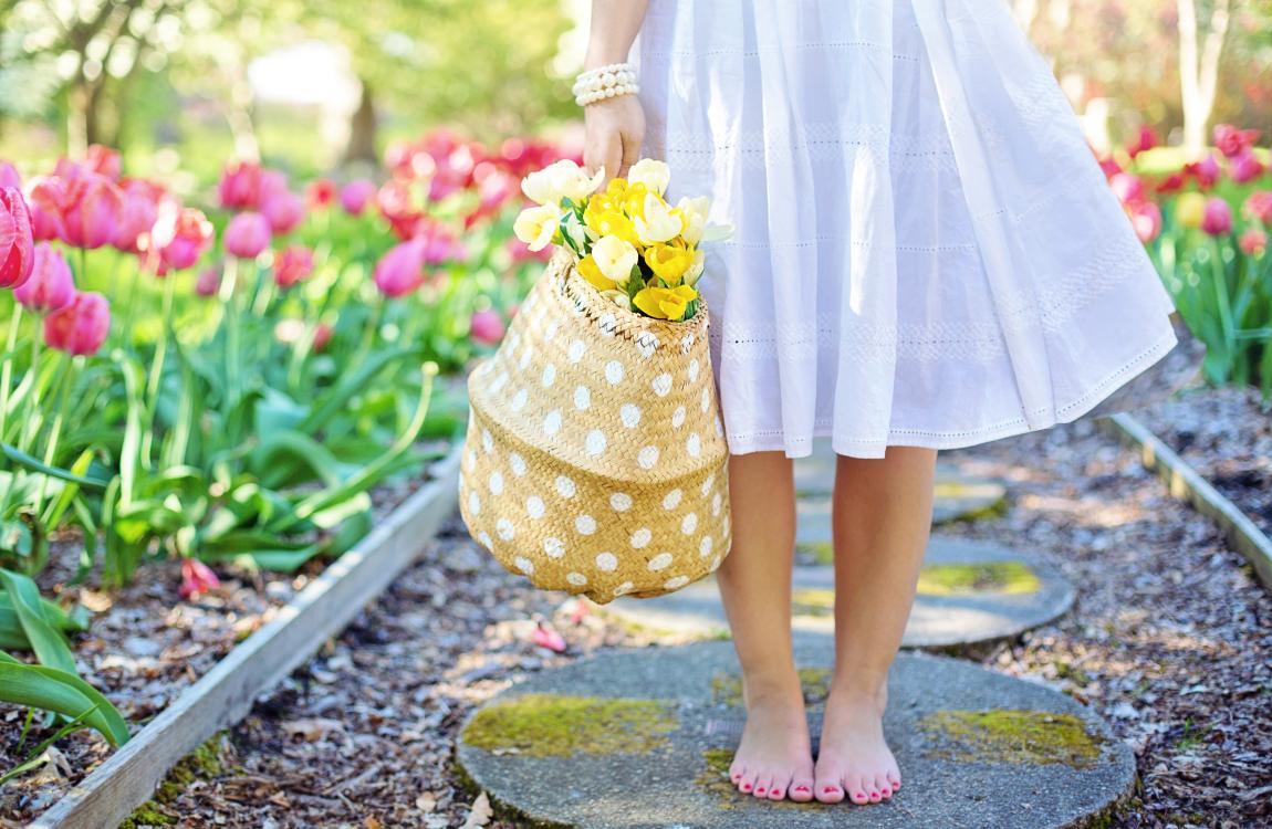 Девушка, белое платье, весна, тюльпаны, нарциссы, цветы, солнце
