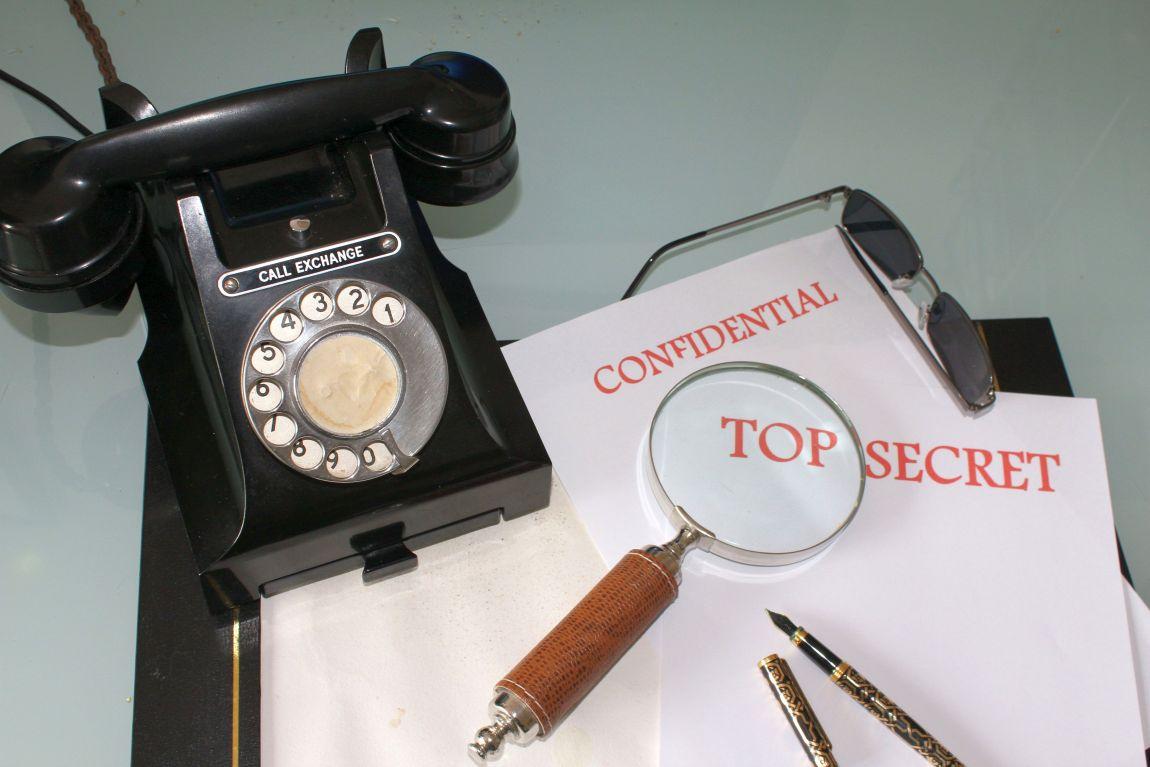 Совершенно секретно, телефон, связь, лупа, чёрные очки, сыщик, шпион