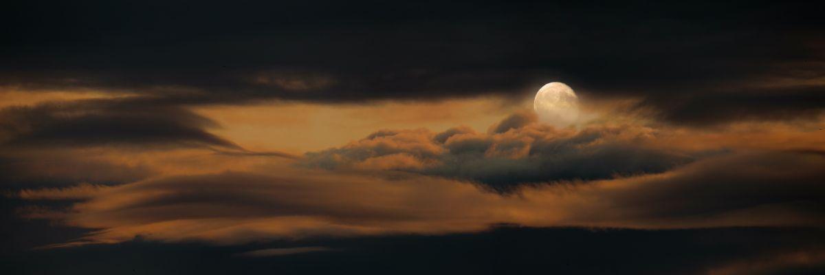 Бледная луна, ночь, облака