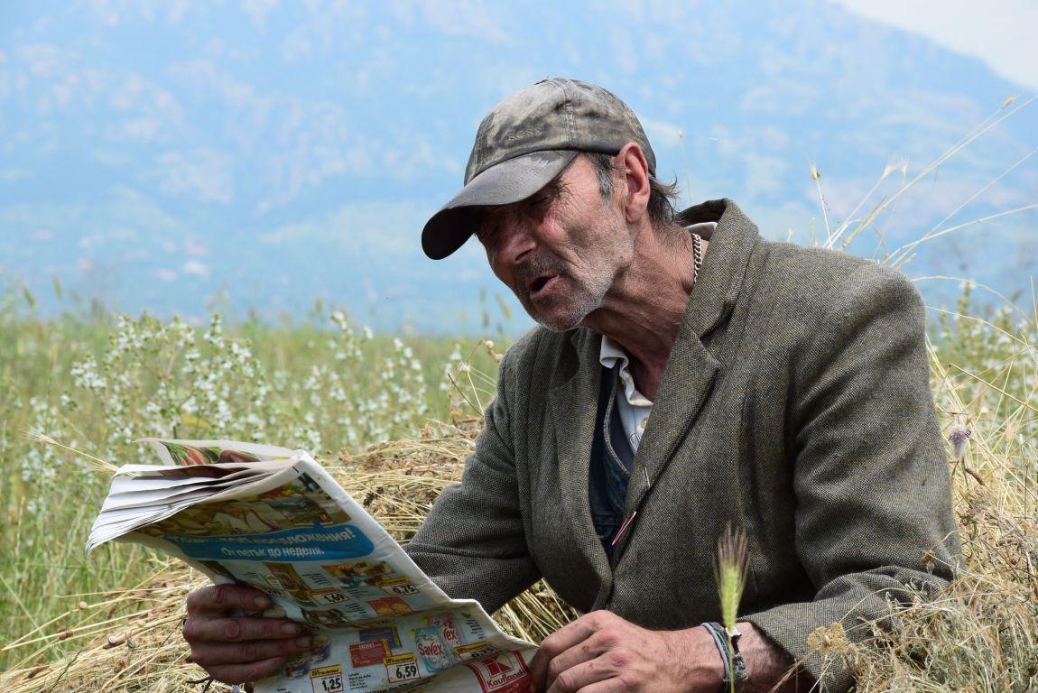 Старый человек, читает, газета, пресса, СМИ, ляпы, смешно, читатель