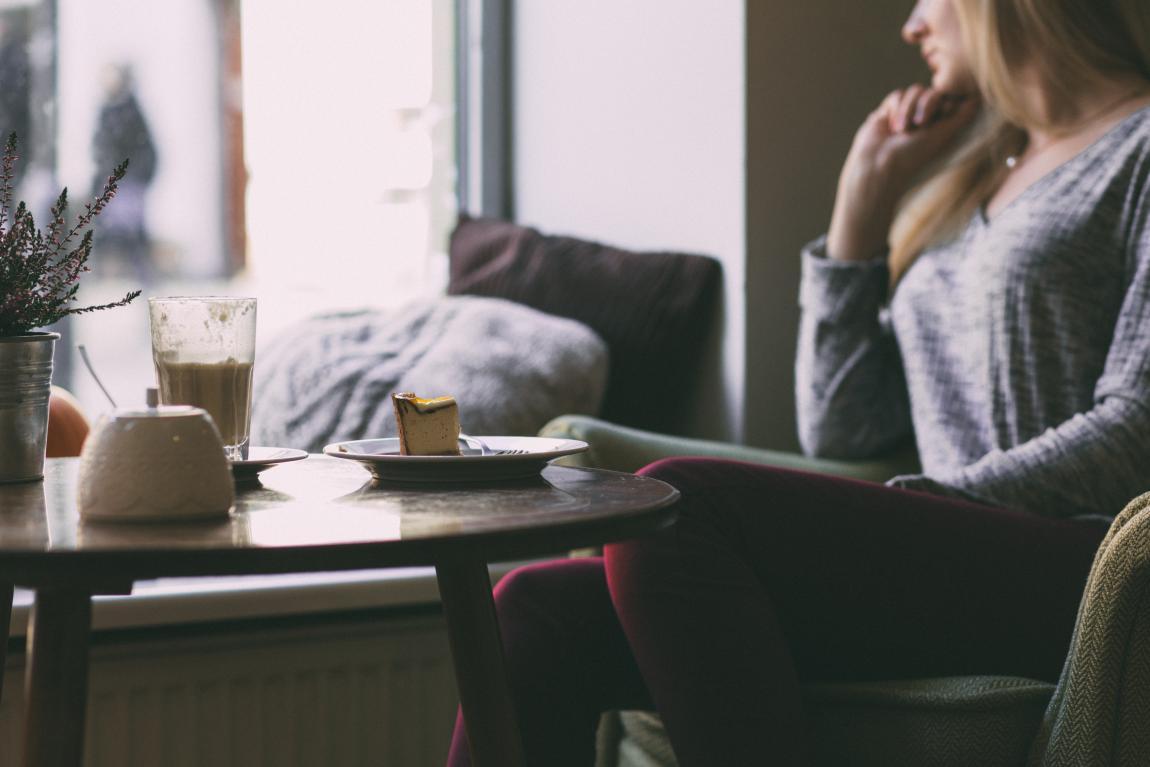 Женщина, пирожное, кофе, окно