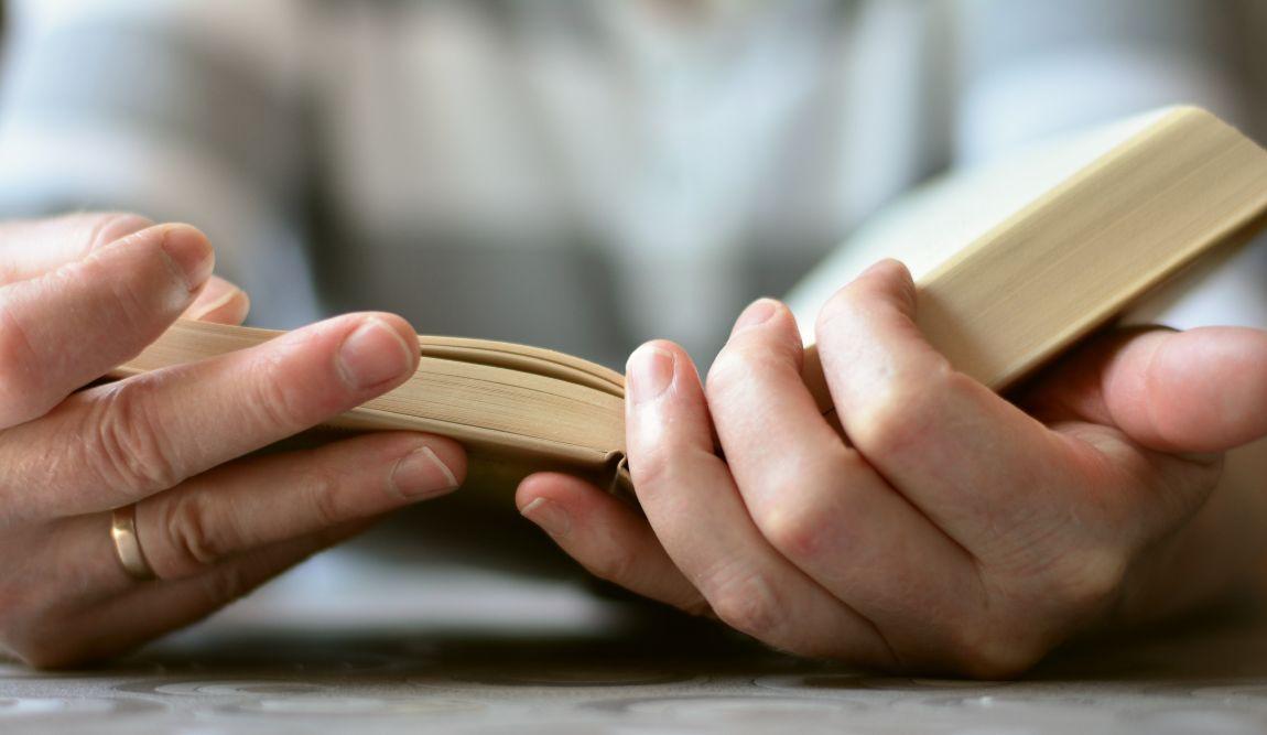 Книга, руки, читатель, писатель, конкурс, рассказы, литература