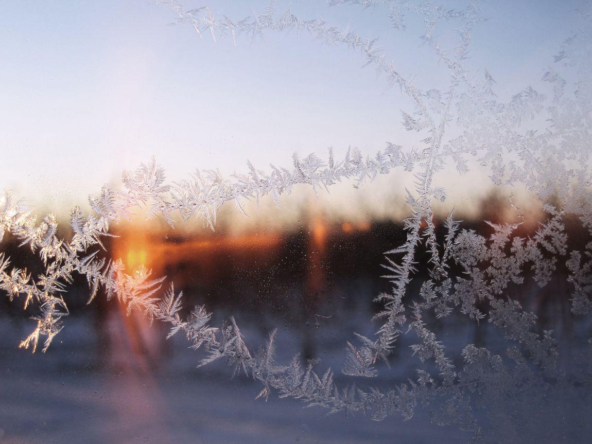 Лёд, узоры на стекле, окно, снежинки, зима